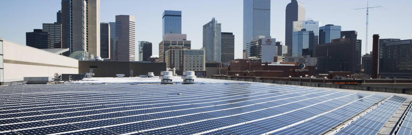 Installation photovoltaïque sur le toit du centre de convention du Colorado à Denver, Etats-Unis.