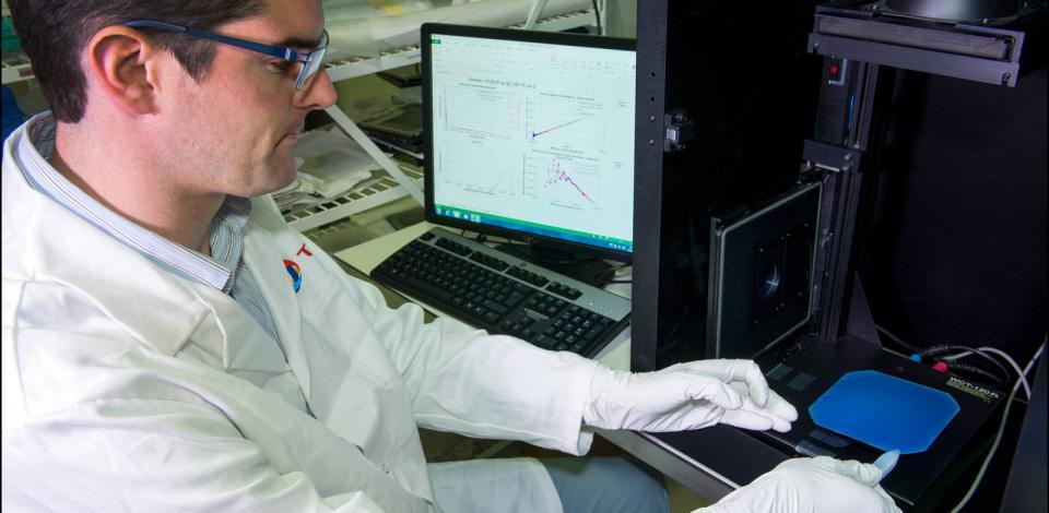 Mesure des propriétés électriques d'un wafer. Laboratoire de Louvain, Belgique.